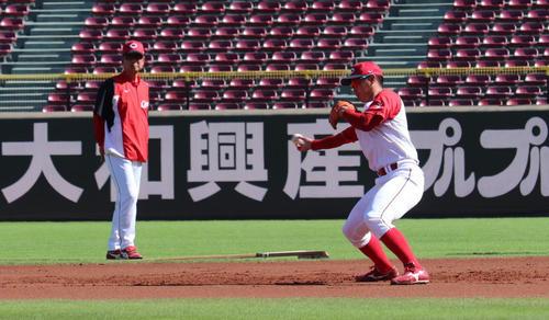 二塁で特守を受ける広島堂林(右)