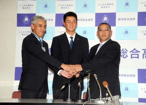 駿河総合高の大庭校長(左)、野球部の望月監督と握手をする紅林