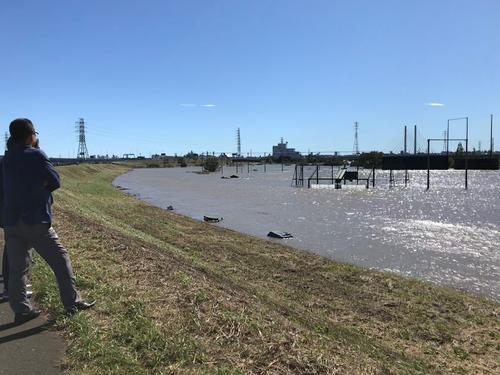 2軍の本拠地戸田球場が水没し、被害状況を視察に訪れたヤクルト球団関係者ら(2019年10月13日撮影)