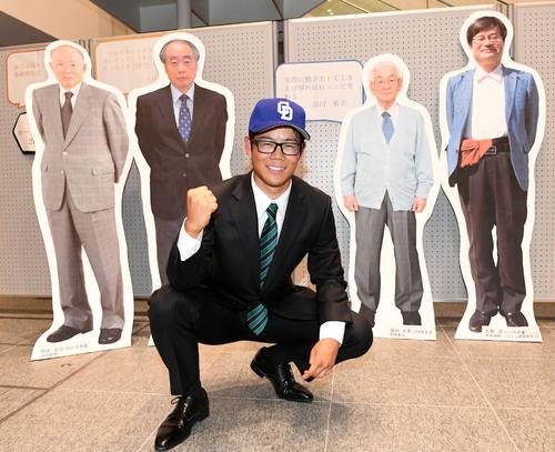 名古屋大ゆかりのノーベル賞受賞者前でプロでの活躍を誓う松田。後方パネルは左から、野依良治氏、小林誠氏、益川敏英氏、天野浩氏(撮影・前岡正明)
