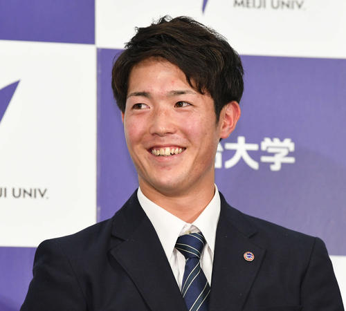 広島から1位指名され、会見で笑顔を見せる明大・森下(撮影・加藤諒)