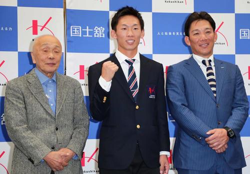 ロッテの3位指名を受けて写真に納まる国士舘大の、左から西江野球部長、高部、辻監督(撮影・丹羽敏通)