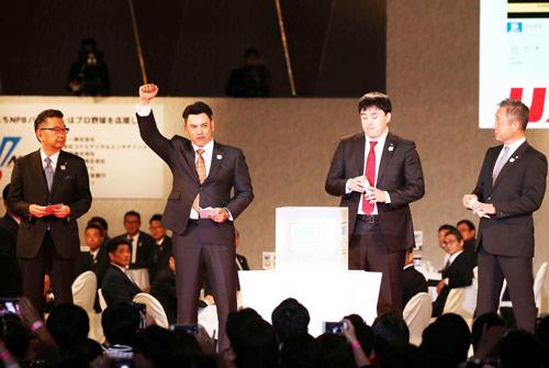 大船渡・佐々木の交渉権を獲得したロッテ井口監督(左から2人目)はガッツポーズ(撮影・河野匠)