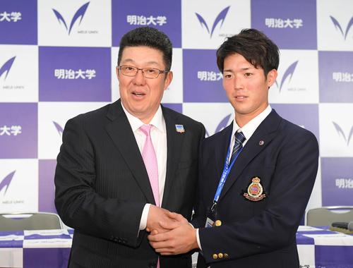 広島に1位指名され、佐々岡監督(左)と握手する明大・森下(撮影・加藤諒)