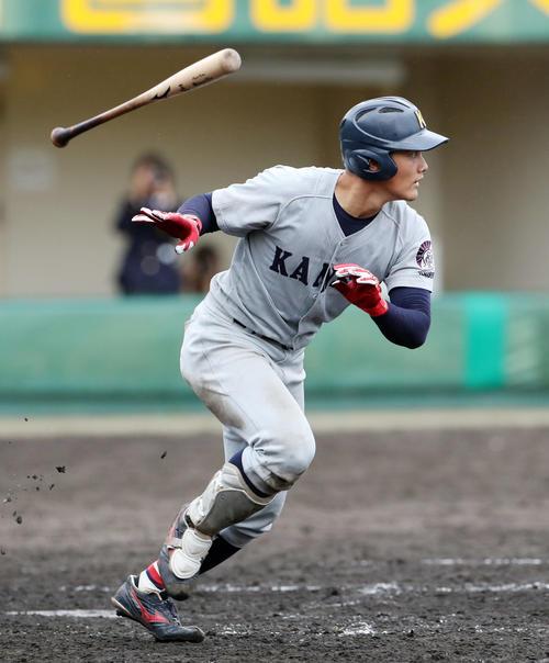 関西学生野球 関大対関学大 9回表関大2死一塁、中前打を放つ関大・野口(撮影・前田充)