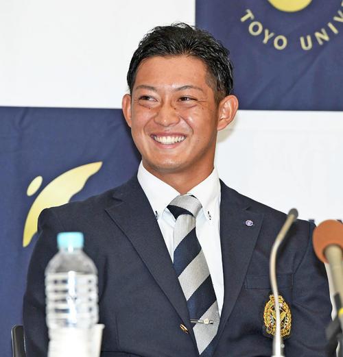 ロッテにドラフト2位で指名され、笑顔を見せる東洋大・佐藤(2019年10月17日撮影)
