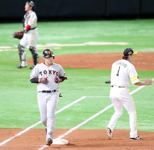 ソフトバンク対巨人 3回表巨人2死一、三塁、遊ゴロに倒れさえない表情の岡本(左)(撮影・垰建太)