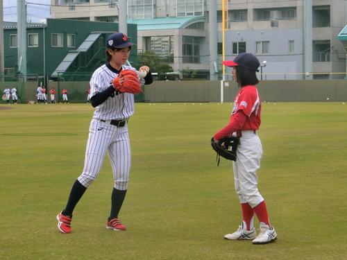 鳴尾浜球場で開催された野球教室で、子どもたちに指導する侍ジャパンU-18女子代表選手(撮影・奥田隼人)