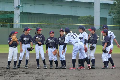 鳴尾浜球場で開催された野球教室で、子どもたちに指導する侍ジャパンU-18女子代表選手ら(撮影・奥田隼人)