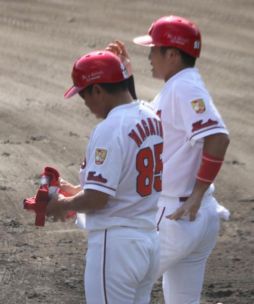 フェニックスリーグ巨人戦に3番遊撃で先発した小園(右)。左は永田2軍外野守備走塁コーチ