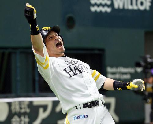ソフトバンク対巨人 7回裏ソフトバンク無死一、三塁、松田宣は中越えに先制3点本塁打を放ち熱男のポーズ(撮影・栗木一考)