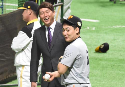 試合前、新井貴浩氏と話をする丸(撮影・今浪浩三)