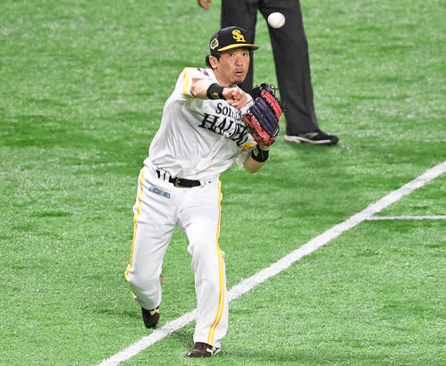 5回表巨人無死、三塁手松田宣は岡本のゴロを好捕し、一塁へ送球する(撮影・加藤諒)