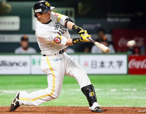 ソフトバンク対巨人 5回裏ソフトバンク2死、松田宣はチーム初安打となる左前打を放つ(撮影・栗木一考)