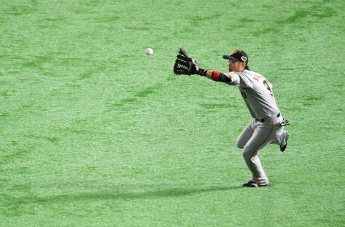 5回裏ソフトバンク2死一、二塁、右翼手亀井は内川の飛球を好捕する(撮影・加藤諒)