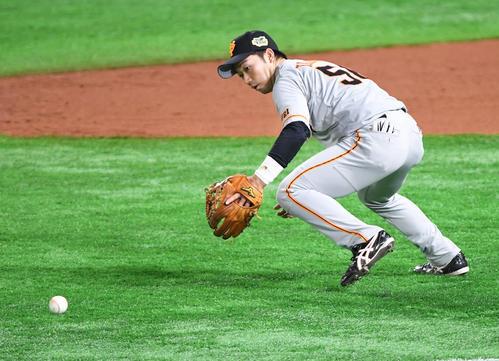 ソフトバンク対巨人 7回裏ソフトバンク無死、デスパイネの三塁ゴロを失策する三塁手の山本(撮影・今浪浩三)