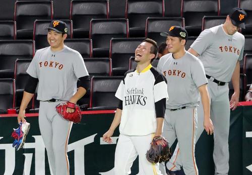 ソフトバンク対巨人 試合前、ソフトバンク千賀(中央)は巨人菅野(左)、坂本勇と談笑する(撮影・垰建太)