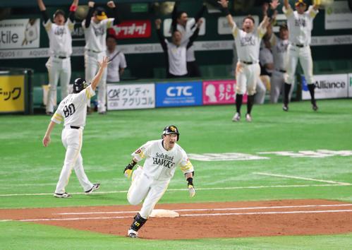 ソフトバンク対巨人 7回裏ソフトバンク無死一、三塁、松田宣は中越えに先制3点本塁打を放ち、ほえながらベースを回る(撮影・梅根麻紀)