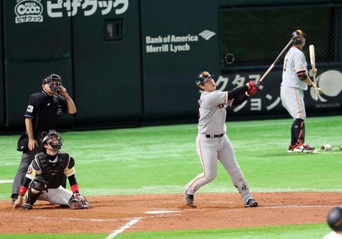 ソフトバンク対巨人 9回表巨人1死満塁、適時打を放つ岡本(撮影・垰建太)