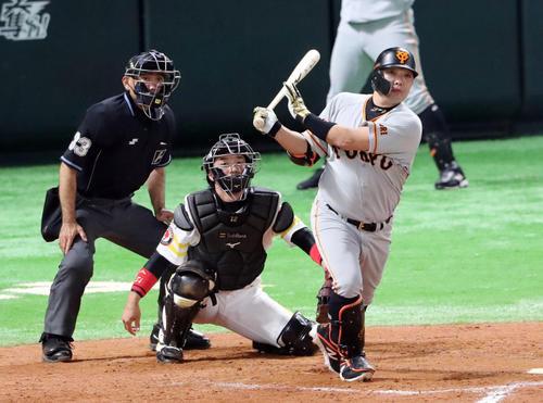 ソフトバンク対巨人 9回表巨人2死二塁、右翼線に適時打を放つ阿部(撮影・垰建太)