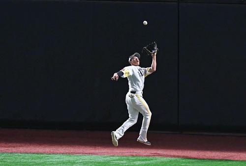 1回表巨人1死、坂本勇のフェンス際の飛球を好捕する中堅手柳田(撮影・加藤諒)