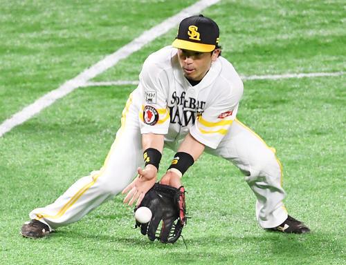 3回表巨人1死、三塁手松田宣は田中俊のゴロを捕球する(撮影・加藤諒)