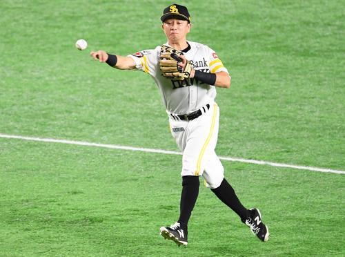 4回表巨人1死、二塁手川島は坂本勇のゴロを好捕し、一塁へ送球する(撮影・加藤諒)