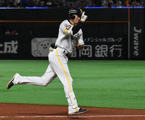 ソフトバンク対巨人 8回裏ソフトバンク1死、ソロ本塁打を放った柳田はダイヤモンドを回りながらポーズを決める(撮影・山崎安昭)