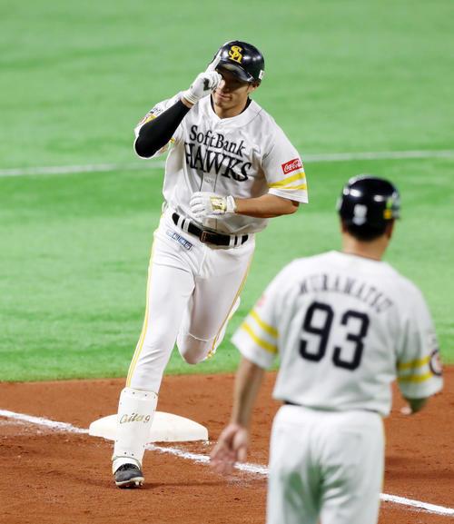 ソフトバンク対巨人 8回裏ソフトバンク1死、柳田は左越え本塁打を放チ、ポーズを決めて三塁を回る(撮影・加藤哉)