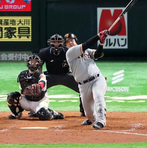 9回表巨人1死満塁、岡本和真は中前適時打を放つ(撮影・梅根麻紀)