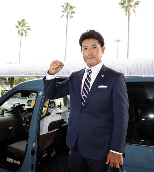 宮崎へ到着した稲葉監督はカメラに向かってガッツポーズし意気込みを見せる(撮影・加藤哉)