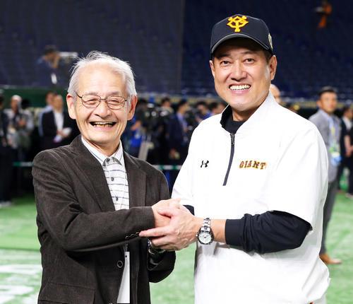巨人対ソフトバンク 試合前、握手を交わす巨人原監督(右)とノーベル化学賞を受賞した吉野彰氏(撮影・垰建太)