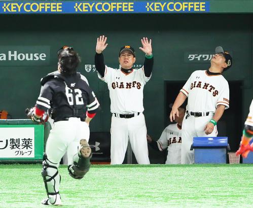 巨人対ソフトバンク 7回裏巨人無死、飛球を追う捕手甲斐(左)に「止まれ」のしぐさを見せる巨人原監督(中央)(撮影・足立雅史)