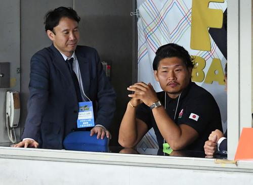 巨人対ソフトバンク 観戦に訪れたラグビー日本代表の稲垣(撮影・たえ見朱実)