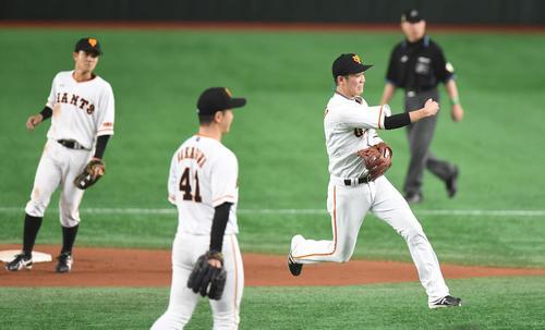 8回表ソフトバンク1死、遊撃手坂本勇は牧原のゴロを好捕し、一塁へ送球しアウト(撮影・加藤諒)