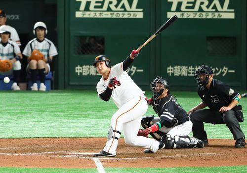 巨人対ソフトバンク 8回裏巨人1死一塁、三併殺打に倒れる岡本(撮影・足立雅史)