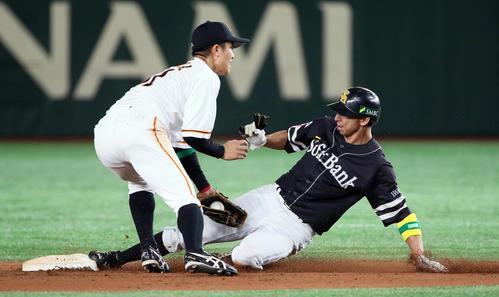巨人対ソフトバンク 9回表ソフトバンク1死一塁、打者ジュリスベル・グラシアルの時、一塁走者福田は二盗。野手田中俊(撮影・栗木一考)