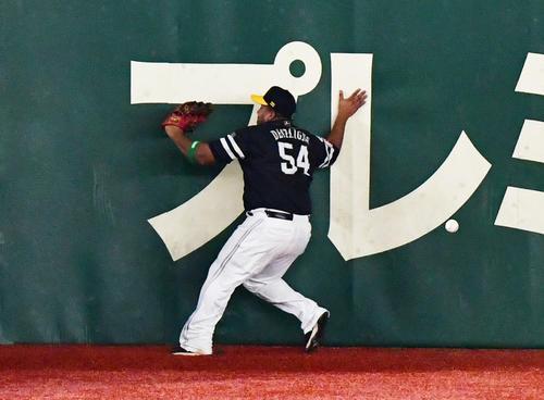 巨人対ソフトバンク 2回裏巨人2死、ゲレーロの打球を追いかけフェンスにぶつかる左翼手デスパイネ、結果は二塁打(撮影・清水貴仁)