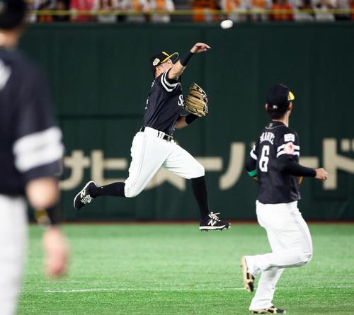巨人対ソフトバンク 2回裏巨人2死二塁、田中俊の打球を一塁へ送球するソフトバンク川島(撮影・栗木一考)