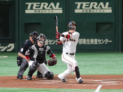 巨人対ソフトバンク 1回裏巨人無死、川島慶三は右中間に先制本塁打を放つ(撮影・梅根麻紀)