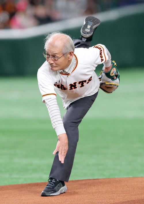 巨人対ソフトバンク 始球式で投球する吉野彰氏(撮影・垰建太)