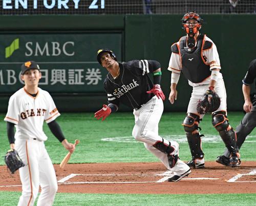 巨人対ソフトバンク 2回表ソフトバンク無死、グラシアル(中央)の中越えソロ本塁打の打球を見つめる捕手大城(右)。投手高橋(撮影・山崎安昭)