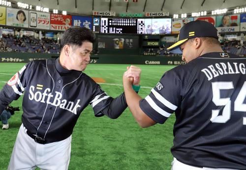 巨人対ソフトバンク 勝利監督インタビューを終えたソフトバンク工藤監督(左)はデスパイネとがっちり握手を交わす(撮影・垰建太)
