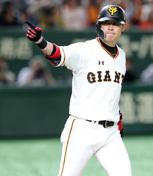 巨人対ソフトバンク 3回裏巨人1死、同点のソロ本塁打を放ちベンチを指さす亀井(撮影・垰建太)
