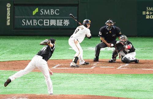 巨人対ソフトバンク 3回裏巨人2死一、二塁、丸は見逃し三振に倒れる。投手和田(撮影・山崎安昭)