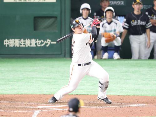 巨人対ソフトバンク 6回裏巨人2死一塁、岡本は右越えに2点本塁打を放つ(撮影・梅根麻紀)