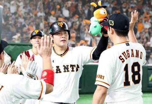 巨人対ソフトバンク 6回裏巨人2死一塁、右越え2点本塁打を放ちナインの出迎えを受ける岡本(撮影・垰建太)