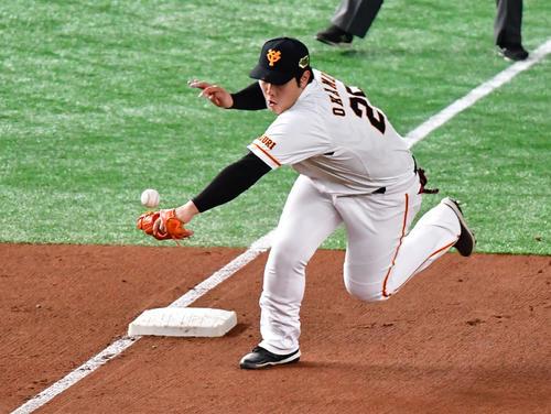 巨人対ソフトバンク 7回表ソフトバンク1死、福田の打球をはじく三塁手岡本(撮影・清水貴仁)