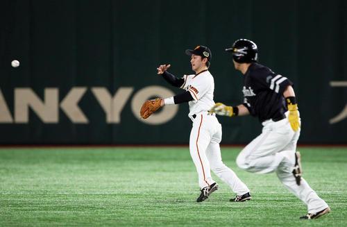巨人対ソフトバンク 7回表ソフトバンク1死一、二塁、代打長谷川勇の打球を二塁へ悪送球する山本(撮影・栗木一考)