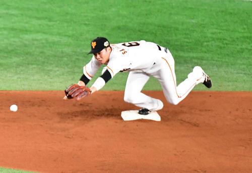 巨人対ソフトバンク 7回表ソフトバンク1死一、二塁、二塁手山本の悪送球を遊撃手坂本勇は捕りきれず(撮影・清水貴仁)